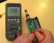 Vérifiant les connexions d'un appareil avec la série d'oscilloscopes W-20 TRMS.